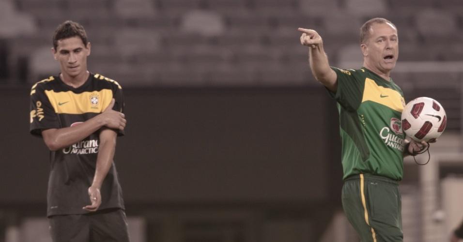 Mano Menezes (d) escalou Ganso como titular em seu primeiro treino no comando da seleção brasileira