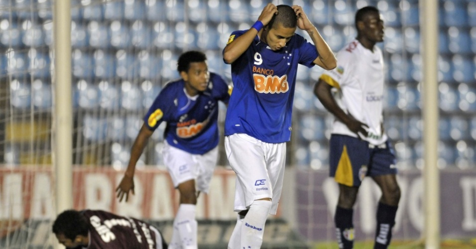 Wellington Paulista, do Cruzeiro, se lamenta aps perder um gol incrvel contra o Grmio Prudente em lance em que a bola bateu duas vezes na trave