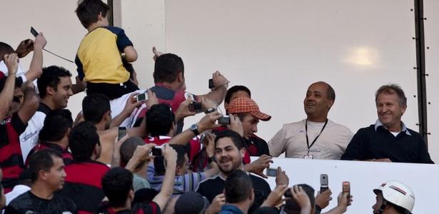 O Galinho Zico é seguido por uma legião de fãs rubro-negros por onde passa: Fla-Flu