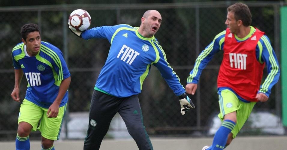 Marcos repõe a bola em treino do Palmeiras na Academia de Futebol