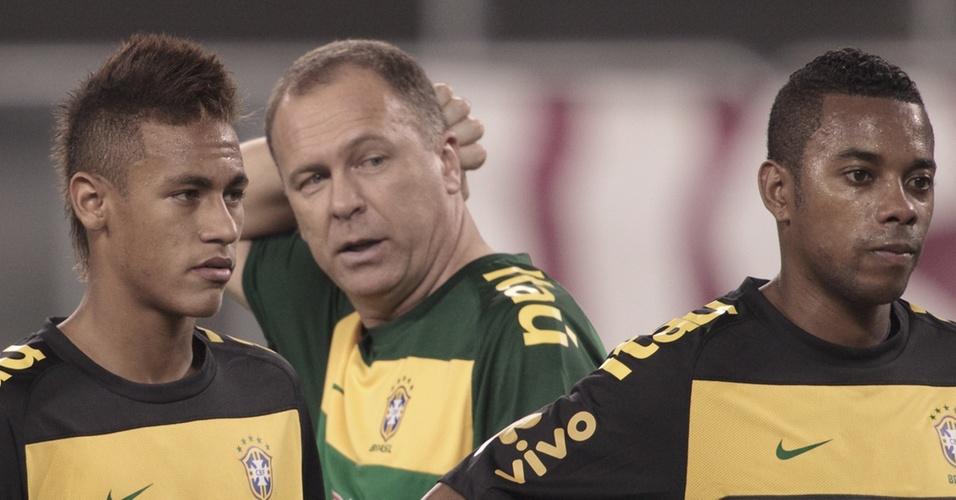 Mano Menezes (c) comanda treino da seleção entre Neymar (e) e Robinho