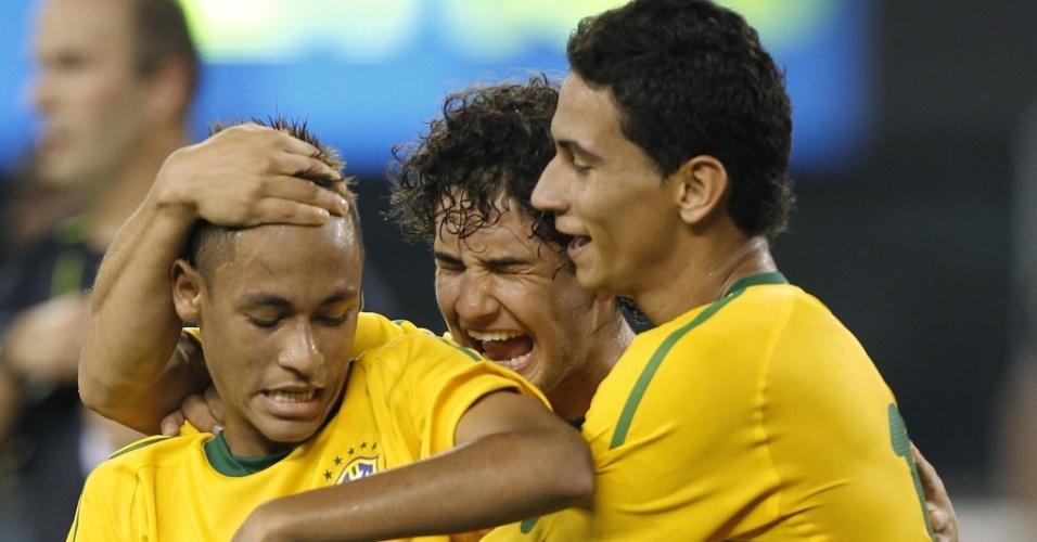 Neymar (e) é abraçado por Pato (c) e Ganso ao abrir o placar para o Brasil contra os EUA