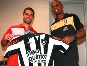 Feilhaber recebeu a camisa do Botafogo das m�os do goleiro Jefferson, ap�s Brasil x Estados Unidos