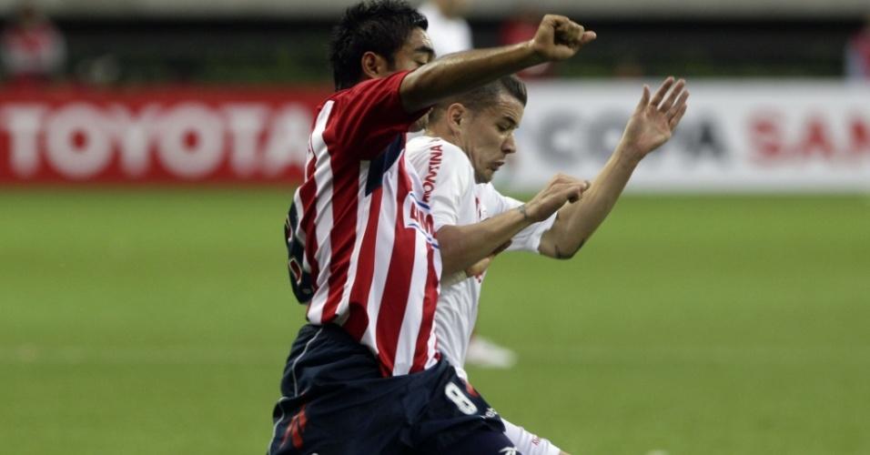 D'Alessandro, do Inter, tenta se livrar da marcação do Chivas na partida de ida da final da Libertadores