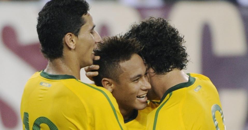 Ganso, Neymar e Alexandre Pato comemoram gol da seleção brasileira contra os Estados Unidos
