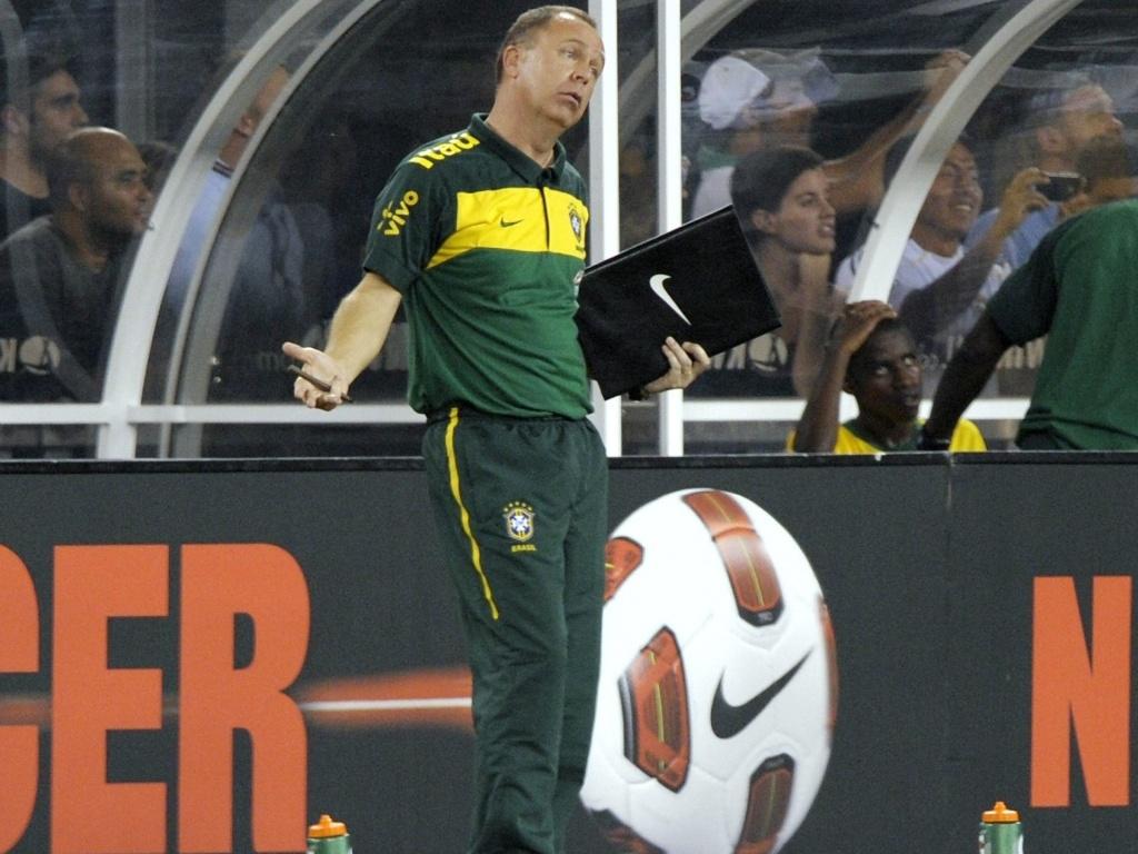 Mano Menezes comanda a seleção brasileira pela primeira vez em amistoso