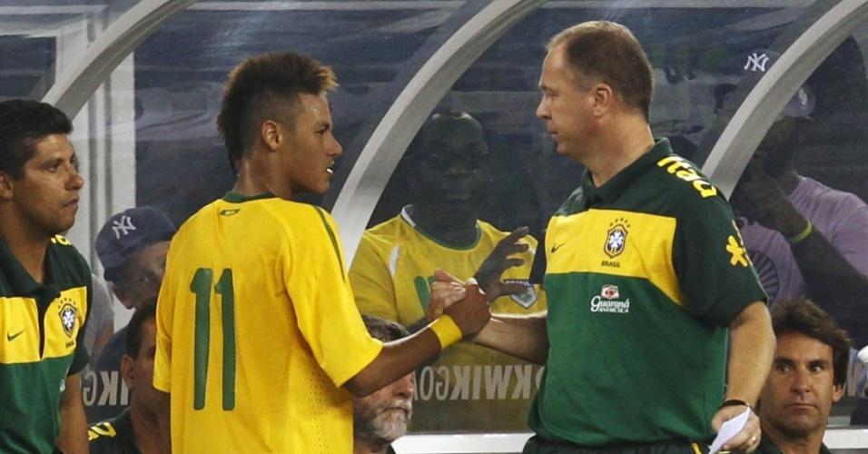 Neymar (e) cumprimenta Mano Menezes ao ser substituído no amistoso do Brasil contra os EUA