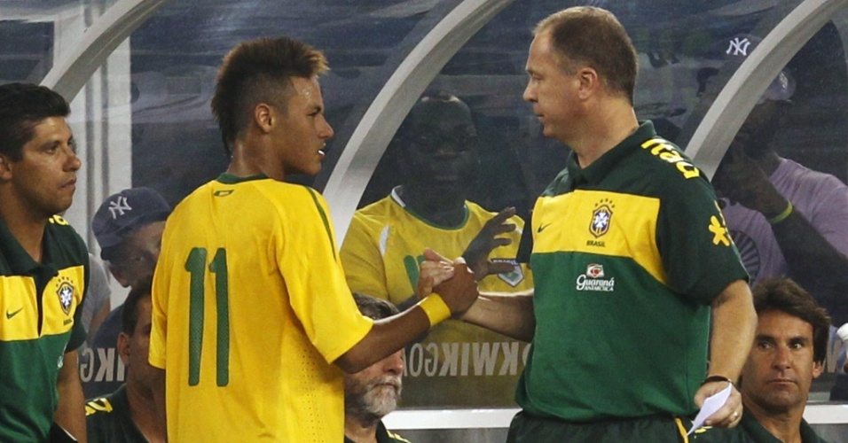 Técnico Mano Menezes cumprimenta Neymar em amistoso do Brasil contra os EUA, que marcou a estreia dos dois