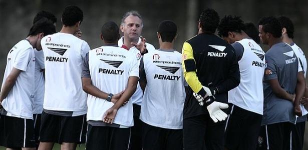 Toninho Cecílio comanda primeiro treino no Vitória