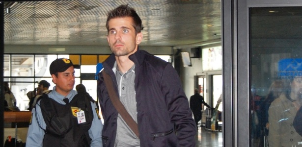 Victor desembarca em Porto Alegre após servir a seleção brasileira