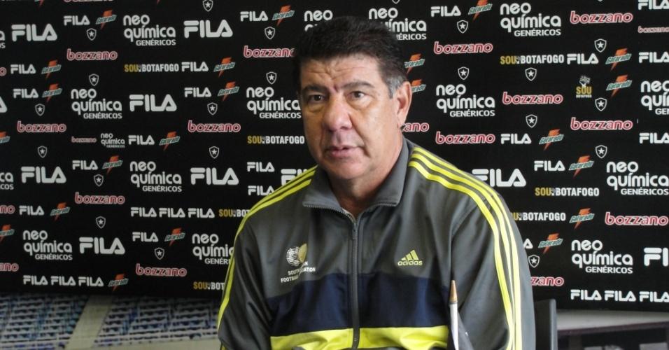 Joel Santana concede entrevista coletiva no Botafogo com um agasalho da África do Sul