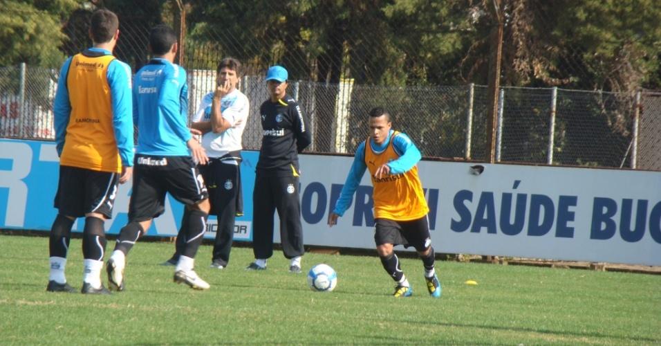 Renato Gaúcho observa Souza em treinamento do Grêmio