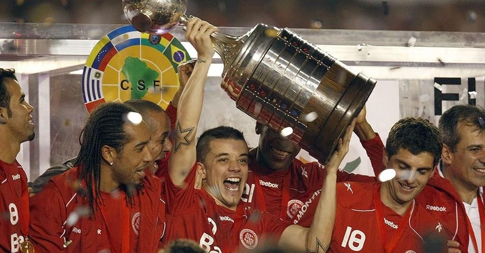 D'Alessandro levanta a taça de campeão da Libertadores pelo Inter