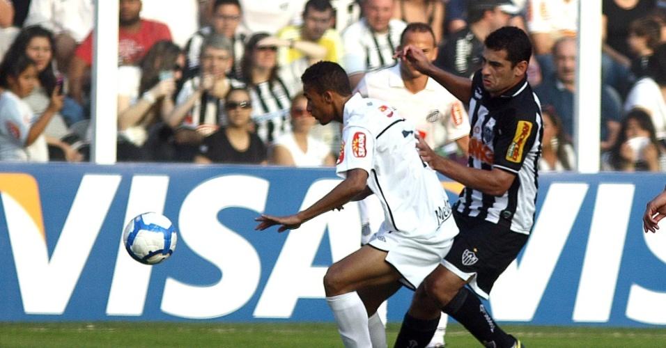 Diego Souza tenta chegar na bola, mas é obstruído por Danilo, do Santos
