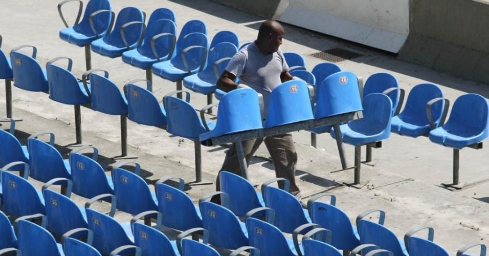 Maracanã começa obras, com a retirada das cadeiras azuis
