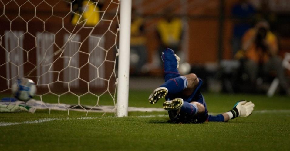 Goleiro Marcos pula no canto certo, mas não evita gol do Atlético-GO no dia do aniversário do Palmeiras