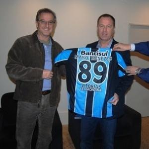 Mano Menezes recebe homenagem no Grêmio