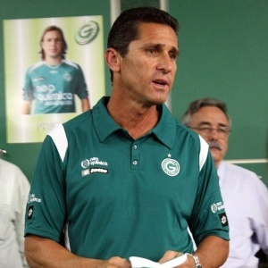 Jorginho conversa com jogadores do Goiás