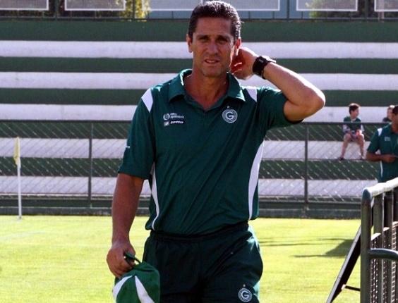 Jorginho caminha durante treino do Goiás