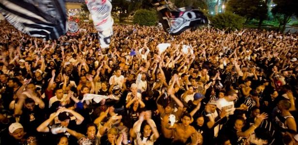 89ea76083f Torcida lota o Anhangabaú e faz festa no centenário do Corinthians -  01 09 2010 - UOL Esporte - Futebol