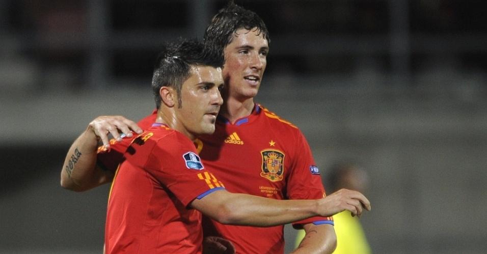 Fernando Torres (dir) e David Villa se abraçam na goleada da Espanha sobre Liechtenstein