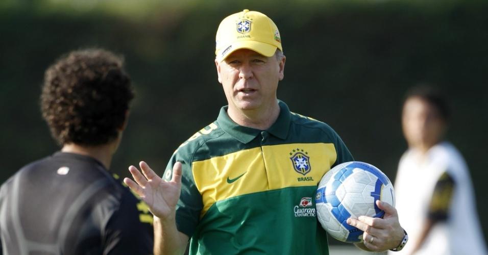 Mano Menezes conversa com Carlos Eduardo (de costas)