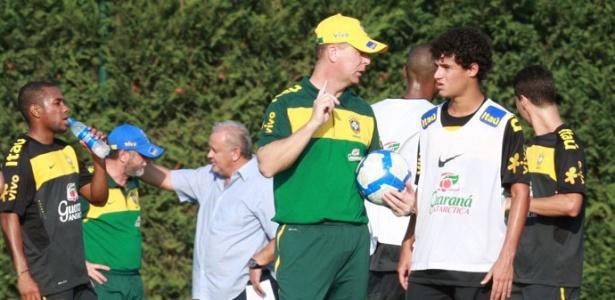 Philippe Coutinho conversa com Mano Menezes em treino da seleção