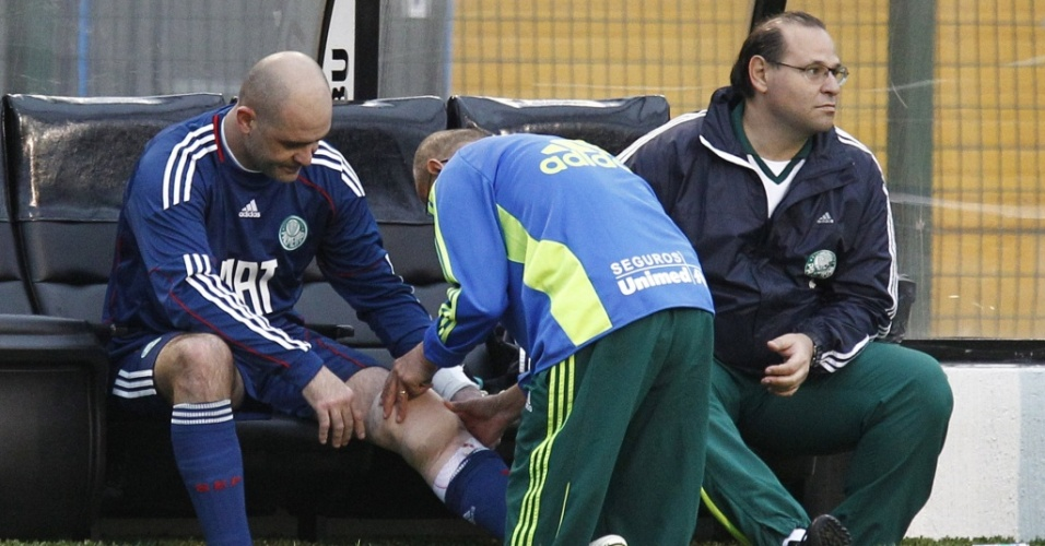 Goleiro Marcos recebe atendimento médico após se machucar durante a partida entre Palmeiras e Cruzeiro