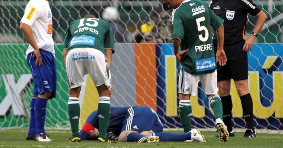 Marcos fica caído no chão. Goleiro do Palmeiras se machucou na partida contra o Cruzeiro e teve de ser substituído