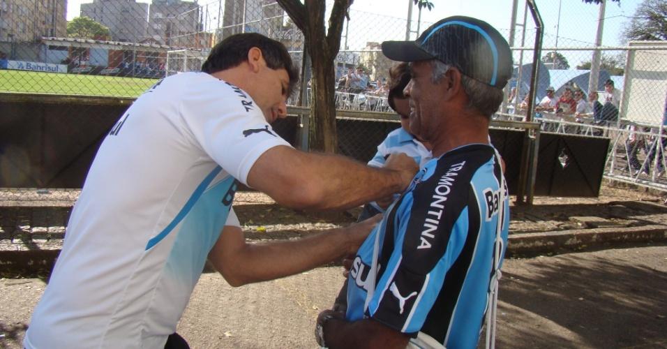 Renato Gaúcho recebe carinho de torcedores em aniversário