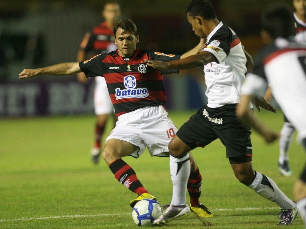 Petkovic disputa a bola com um adversário durante Flamengo x Vitória