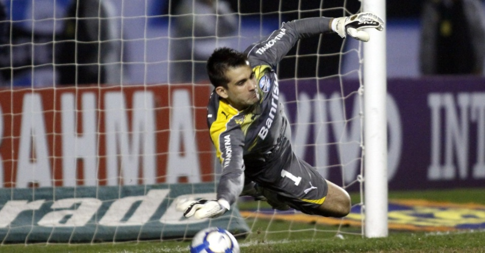 Victor defende pênalti contra o Santos