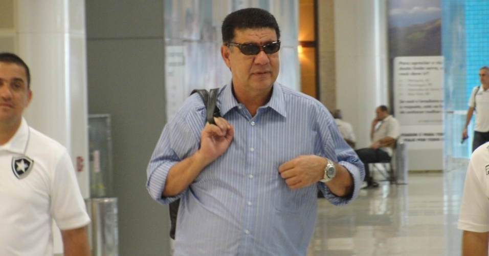 Joel Santana se prepara para embarcar antes da viagem para Goiânia