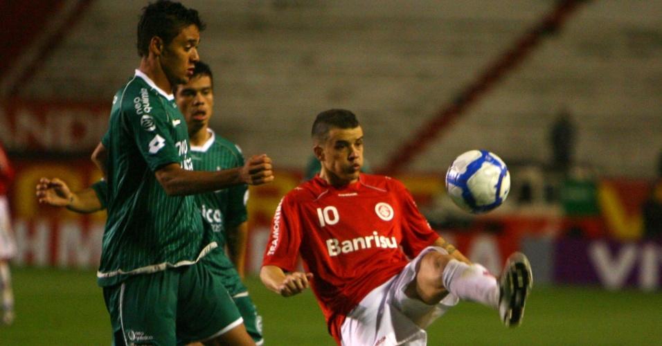 Meia D'Alessandro em ação pelo Inter contra o Goiás