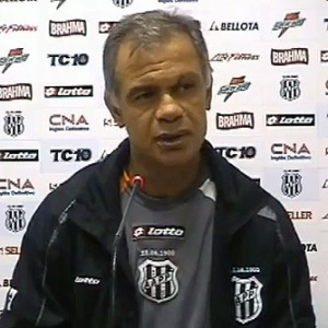 O tcnico da Ponte Preta, Jorginho, durante entrevista coletiva
