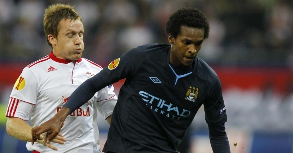 Brasileiro Jô encara a marcação no jogo Manchester City x Salzburg na Liga Europa