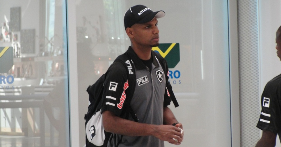 Jefferson durante embarque do Botafogo