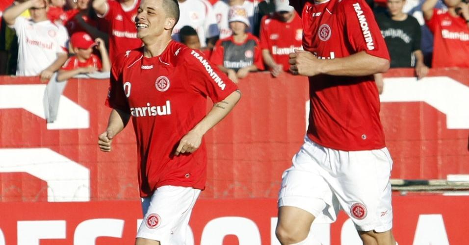 D'Alessandro (e) comemora com Edu (d) gol do Inter contra o Vasco