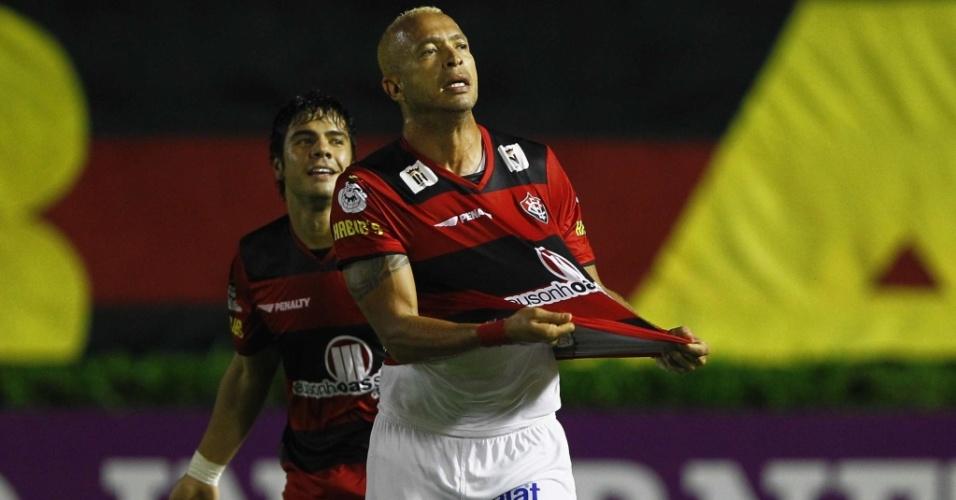 Júnior, do Vitória, comemora após marcar gol diante do Avaí