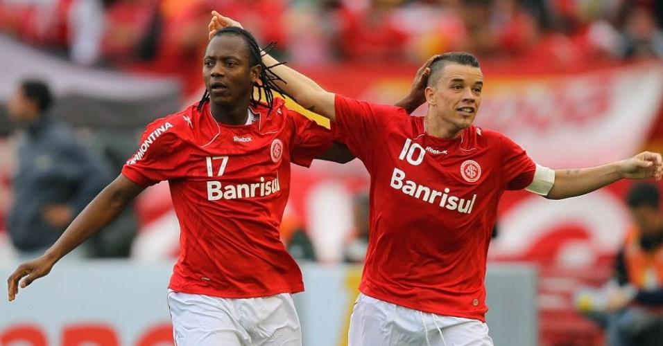 Andrezinho (e) e D'Alessandro comemoram terceiro gol do Inter contra Corinthians