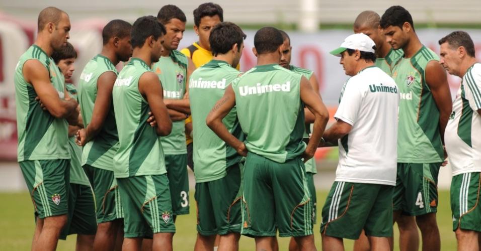 Muricy Ramalho conversa com o grupo durante treinamento do Fluminense