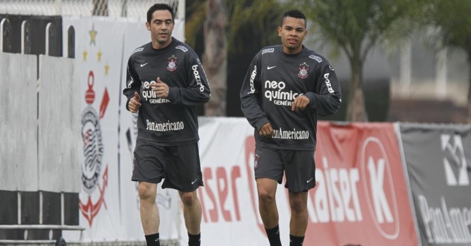 Chicão e Dentinho treinam separados em atividade do Corinthians