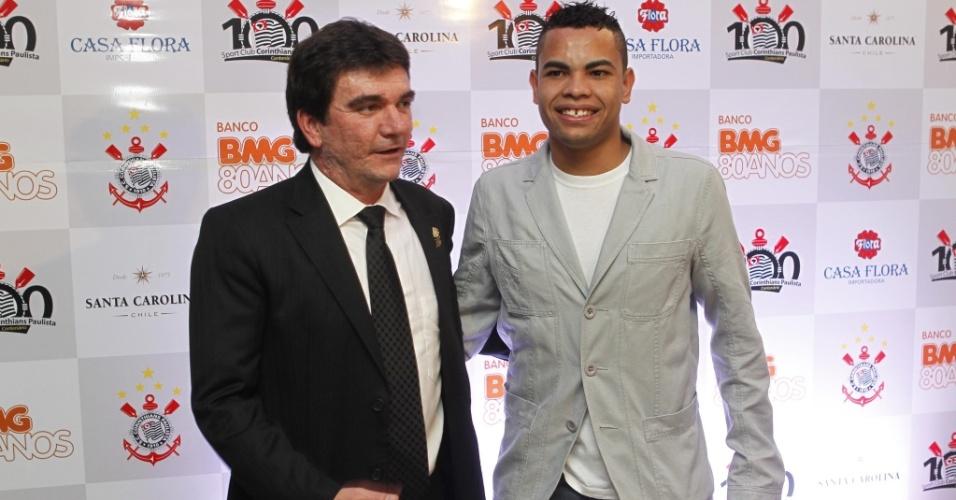 O presidente do Corinthians, Andrés Sanchez, posa para fotos ao lado do atacante Dentinho antes do show de Roberto Carlos