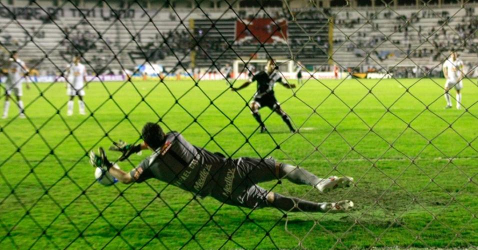 Rafael defende o pênalti cobrado por Felipe, mas meia pega o rebote e faz o segundo do Vasco contra o Santos