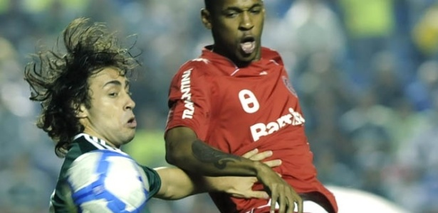 Valdivia, do Palmeiras, briga com a bola com Wilson Mathias, do Inter