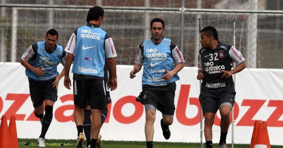 Chicão e Dentinho em treino do Corinthians nesta quinta; jogadores participaram de atividade com bola