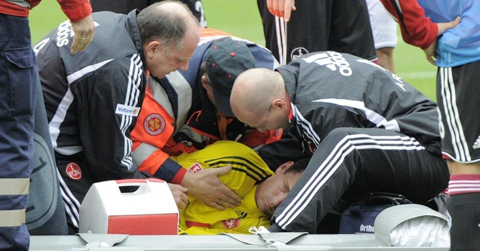 Goleiro Raphael Schaefer, do Nuremberg, desmaia em campo após um choque no duelo contra o Schalke 04