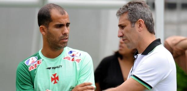 Felipe conversa com o médico Alexandre Campello durante treino do Vasco