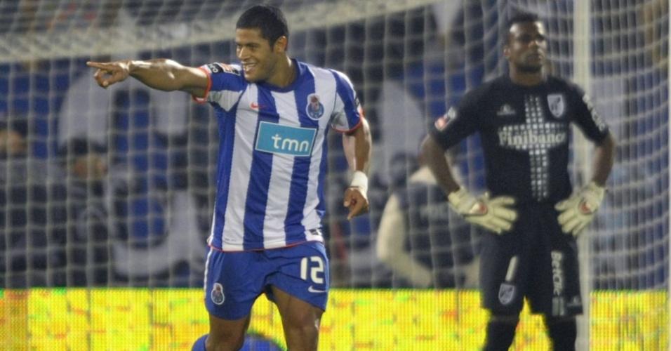 Hulk comemora ao marcar o gol do Porto contra o Vitória de Guimarães