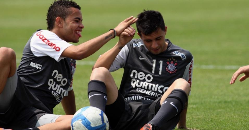 Dentinho e Defederico brincam em treino do Corinthians